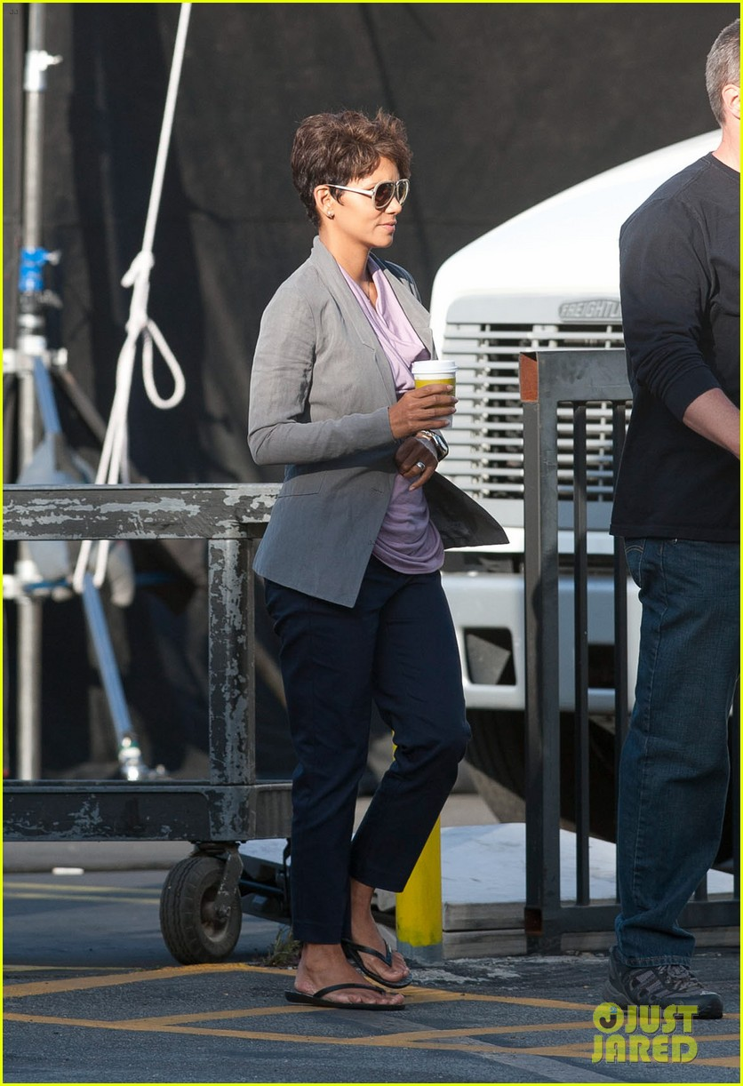 halle berry unleashes teaser trailer for new show extant 133108493