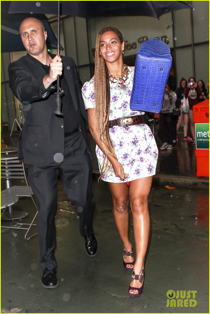 beyonce cant stop smiling caught in the rain 033124910