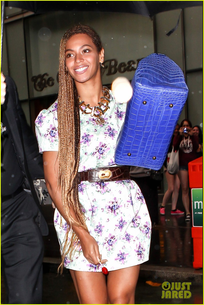 beyonce cant stop smiling caught in the rain 103124917