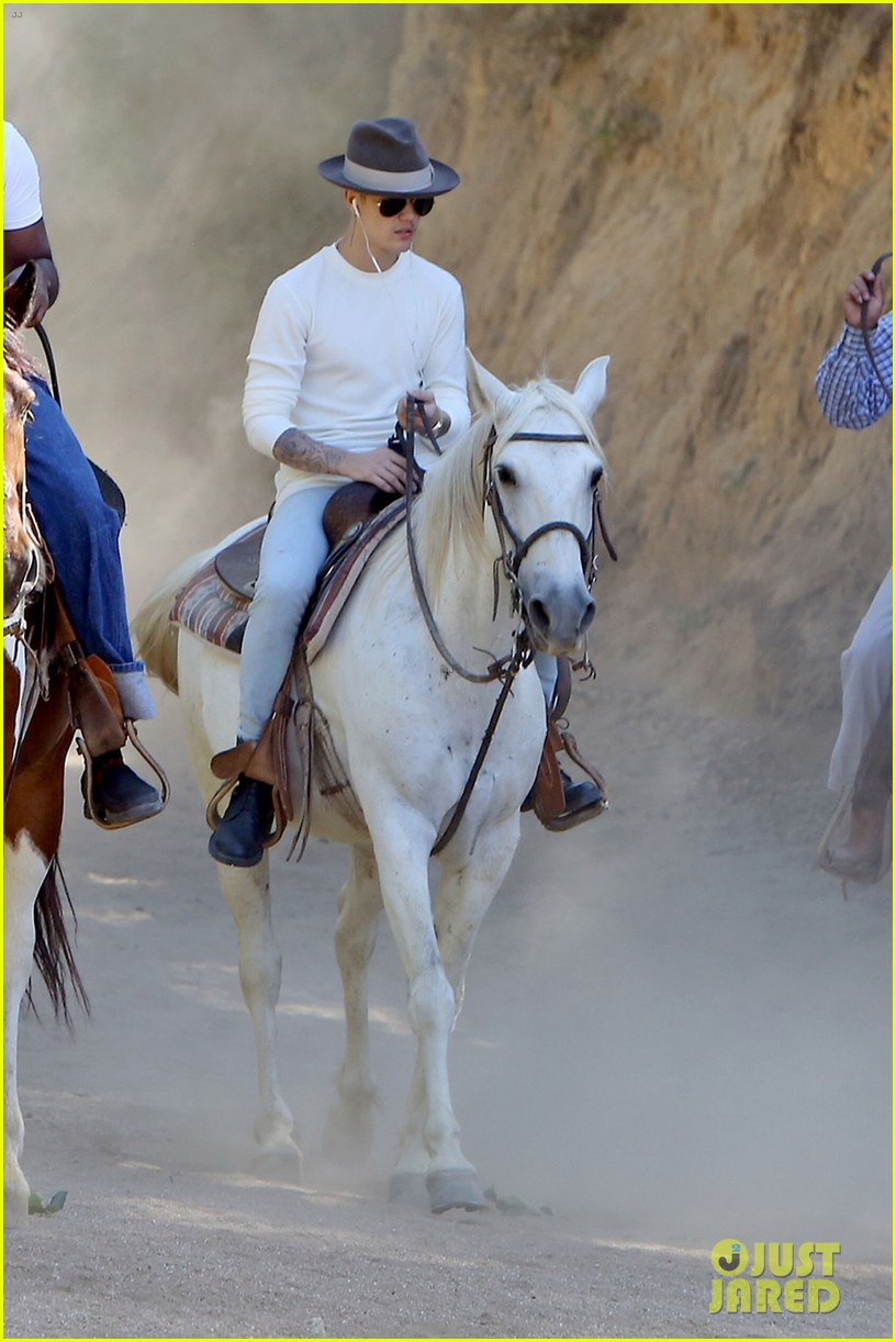 justin bieber shirtless horseback ride 023112038
