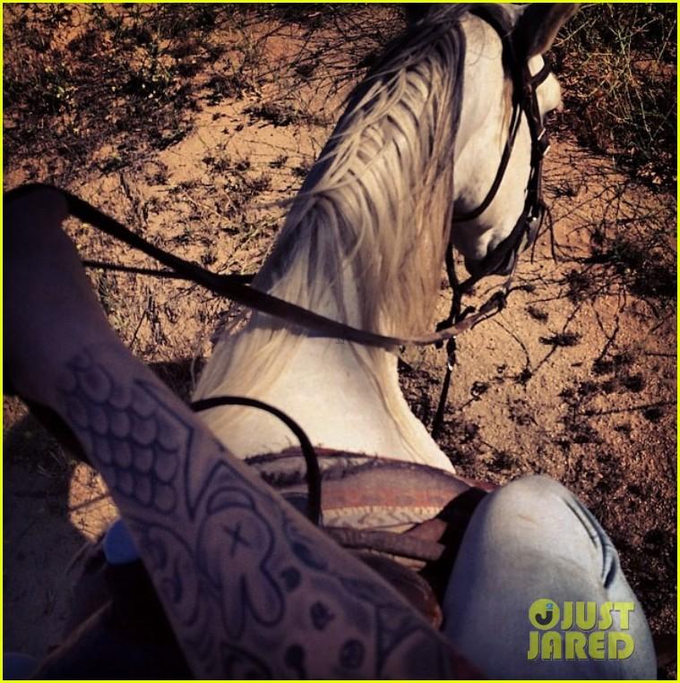 justin bieber shirtless horseback ride 043112040