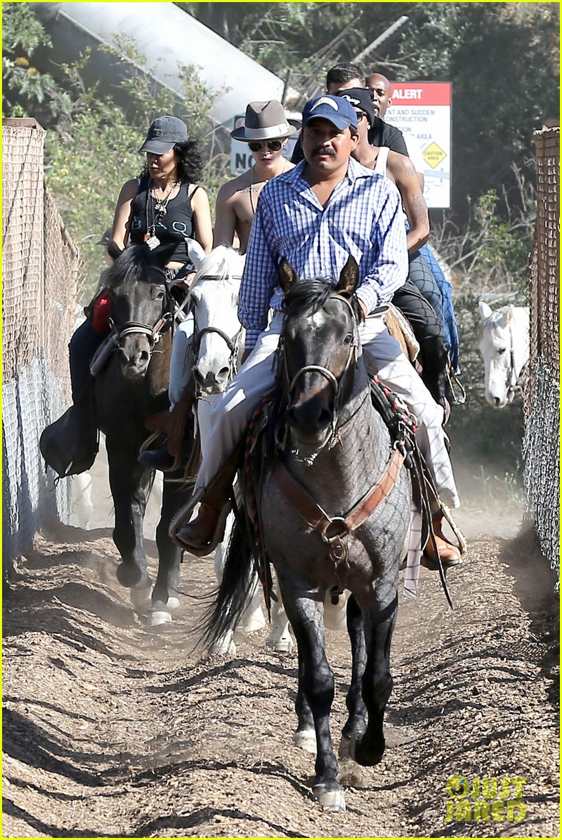 justin bieber shirtless horseback ride 15