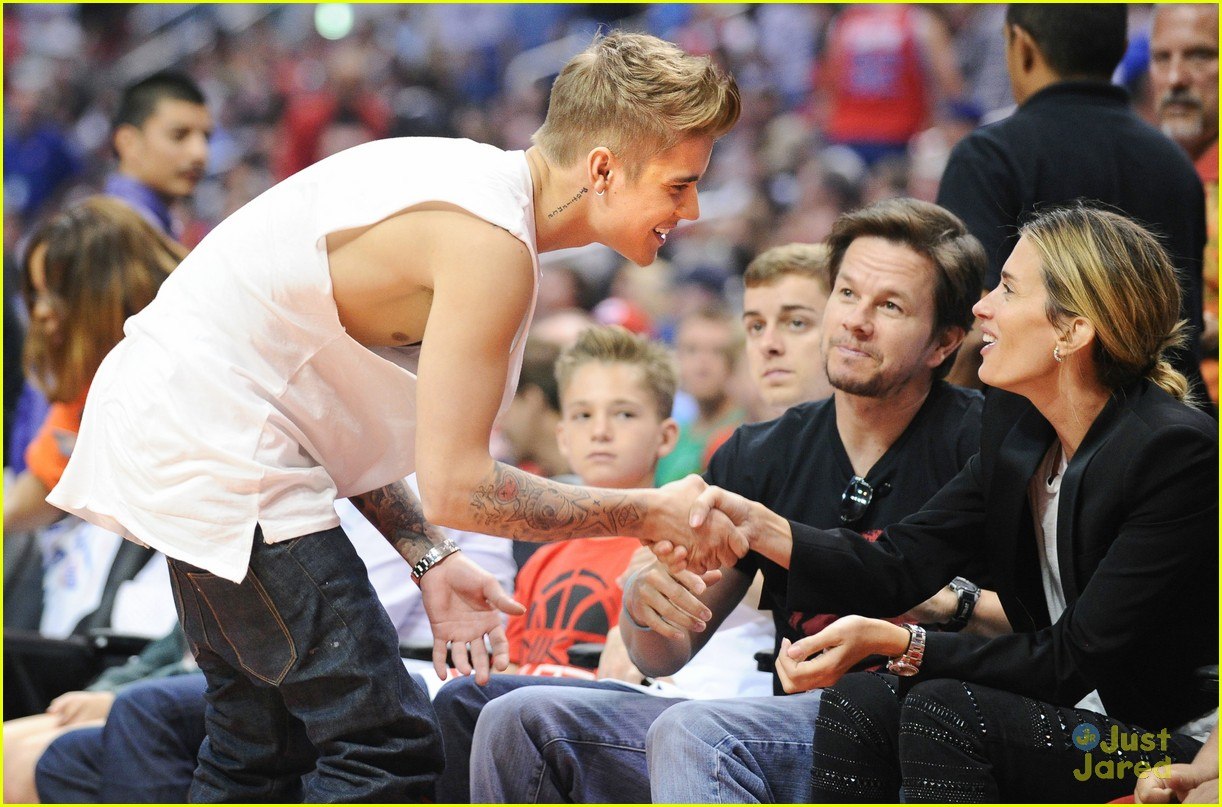 justin bieber spends mothers day courtside at clippers game023111112