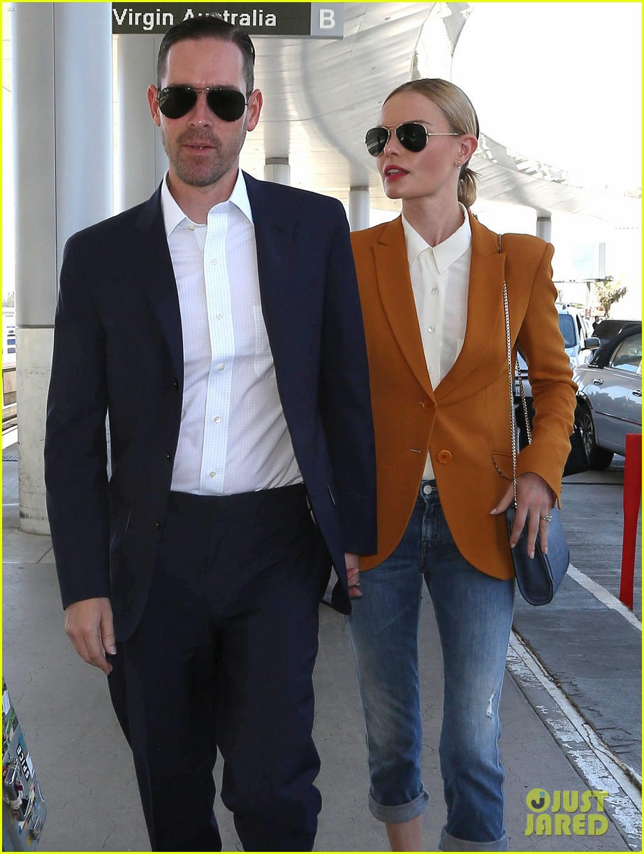 kate bosworth has a surreal moment at the airport 09