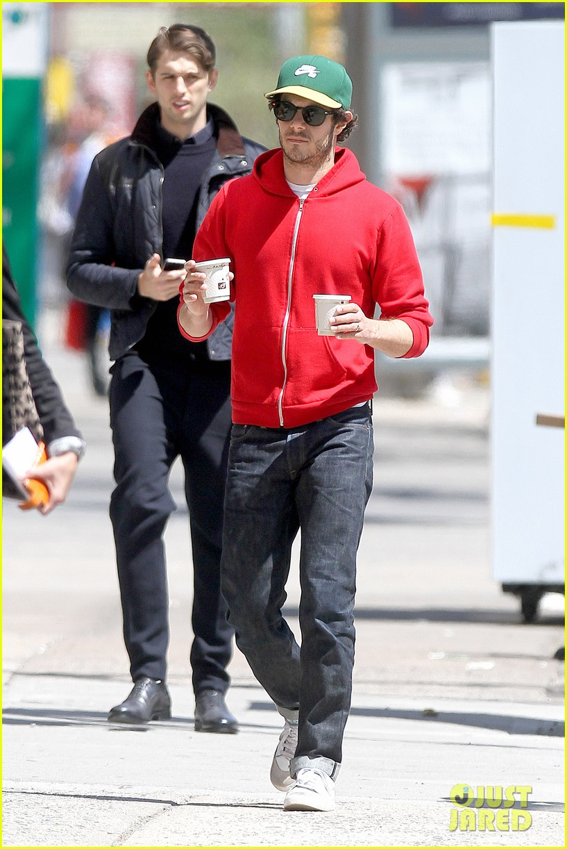 adam brody spends his saturday morning outside in the sun 013105273
