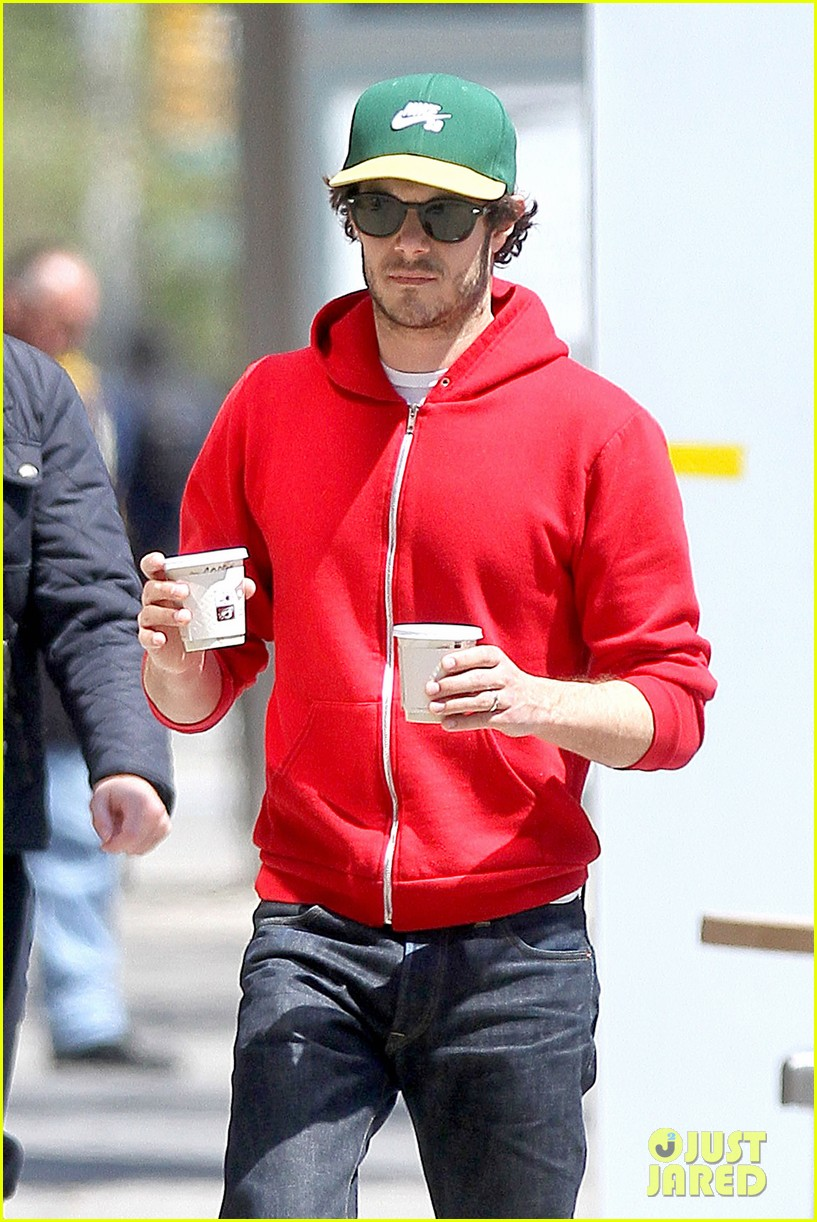 adam brody spends his saturday morning outside in the sun 023105274