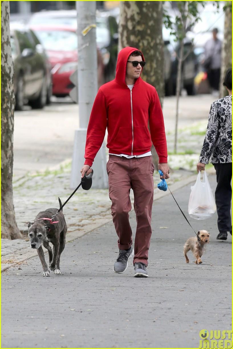 adam brody walks the dogs in his favorite sweatshirt103121667