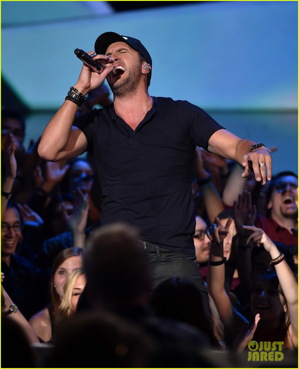 luke bryan tight jeans iheartradio music awards 2014 123103472