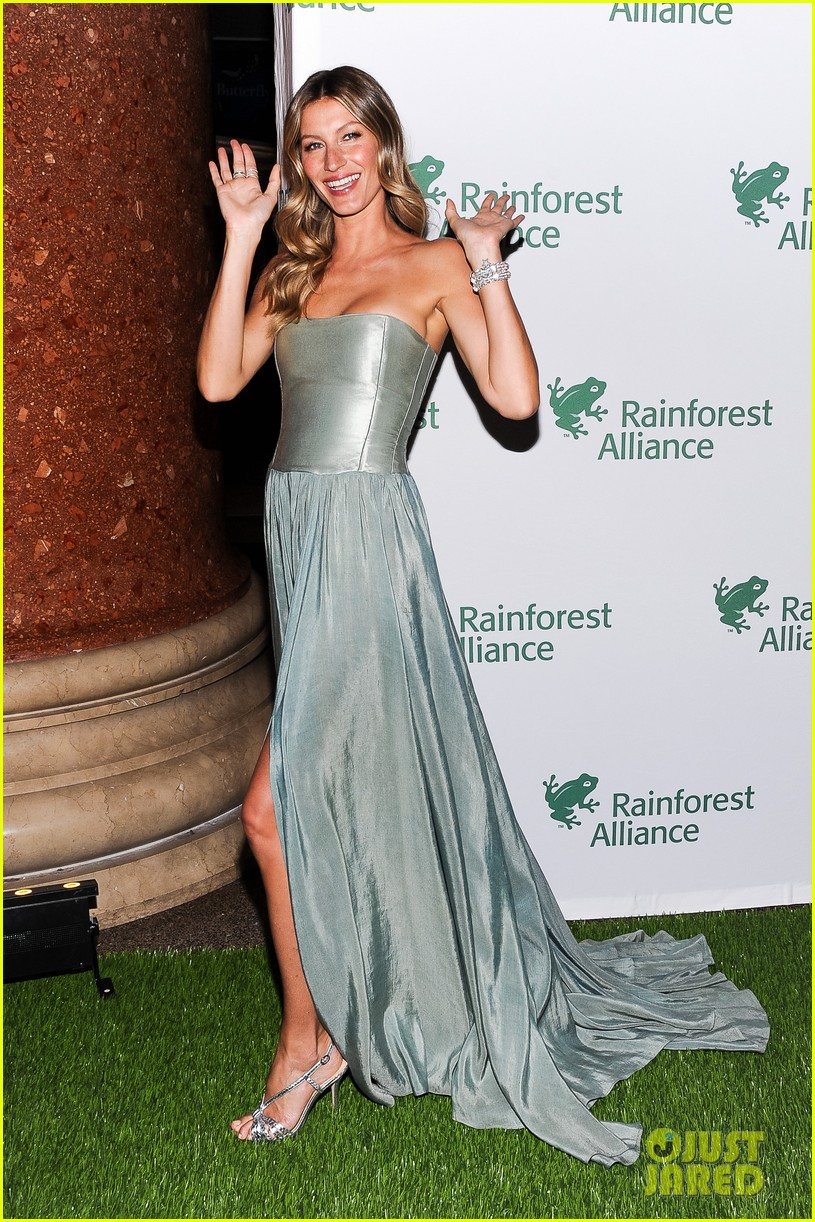 gisele bundchen playfully poses with her dress 123108012