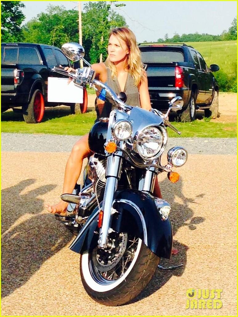 miranda lambert buys carrie underwood motorcycle 023122446