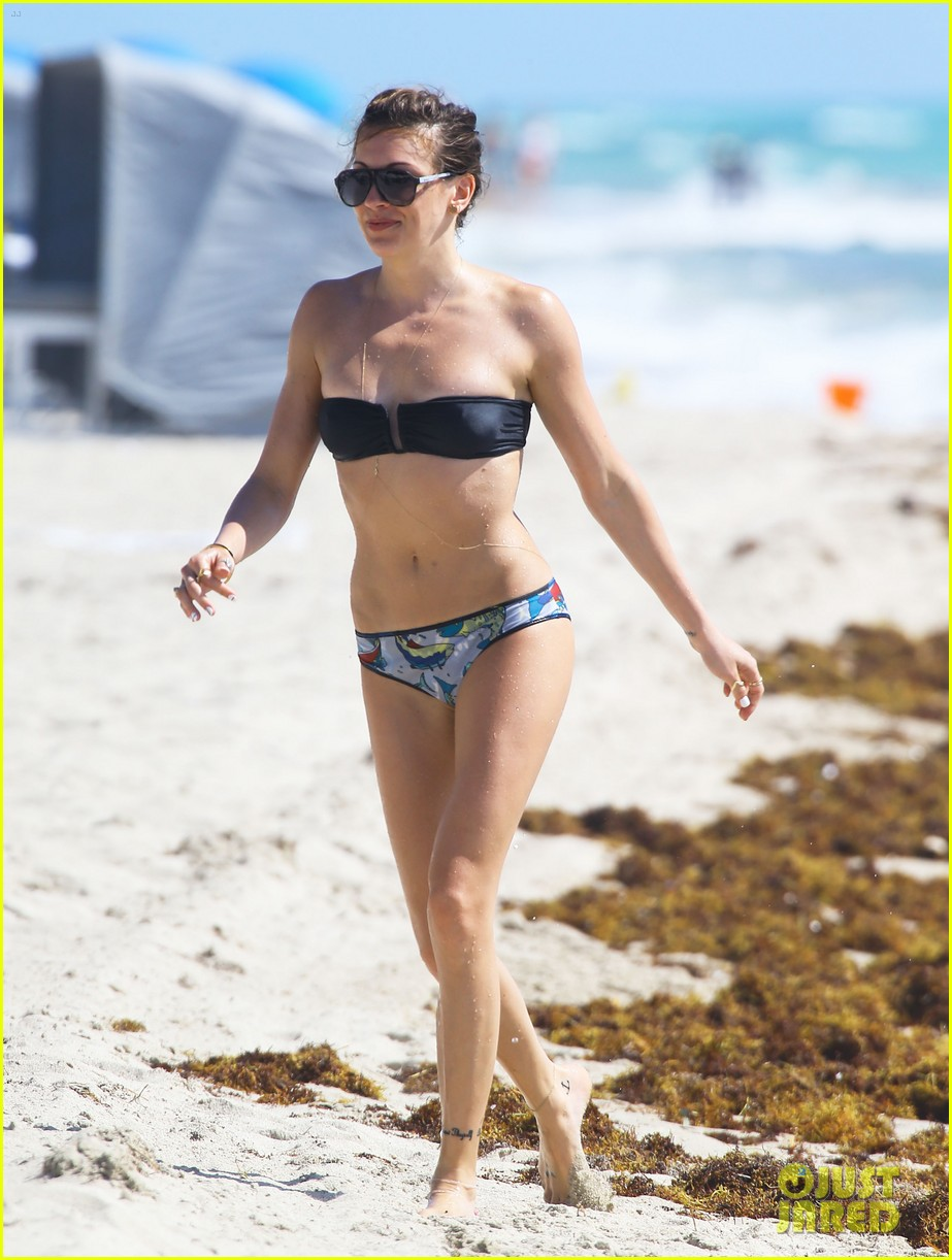 katie cassidy continues her bikini vacation 053103033