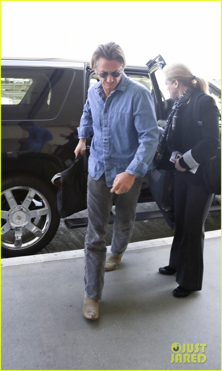 charlize theron sean penn hold hands before flight 013105226