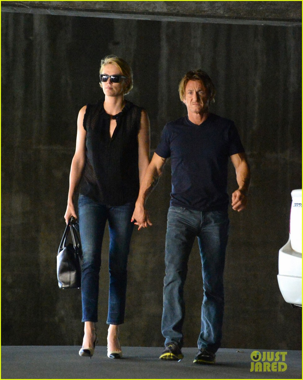 charlize theron sean penn hold hands before flight 053105230