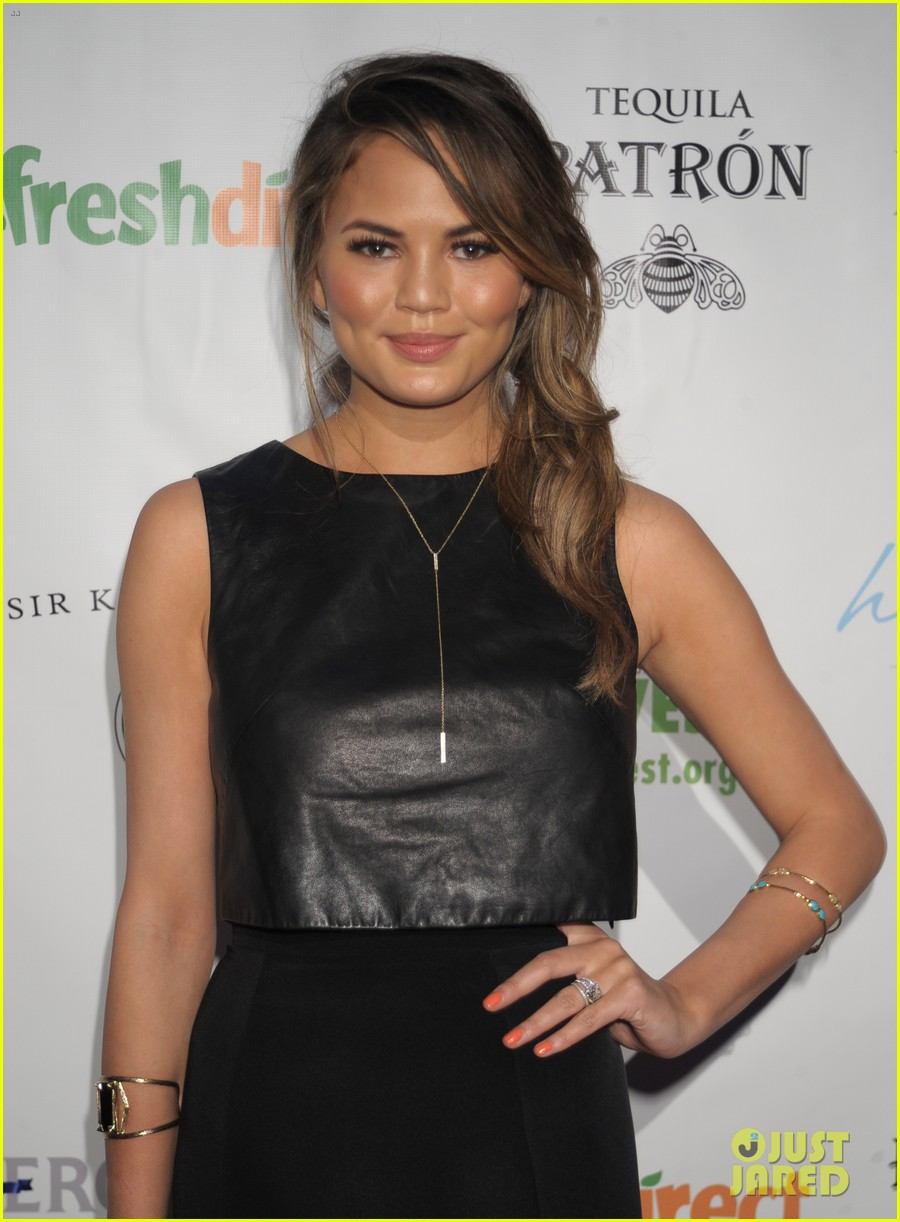 chrissy teigen lovely at lobster de mayo 013111044