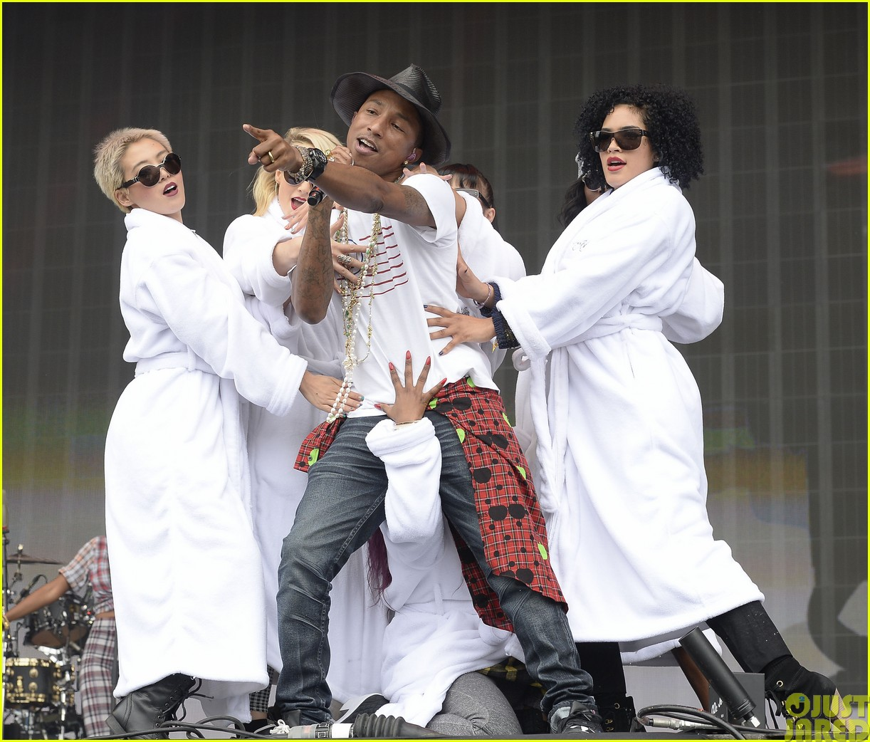 coldplay and pharrell bring happy to radio 1 big radio weekend concert093121585