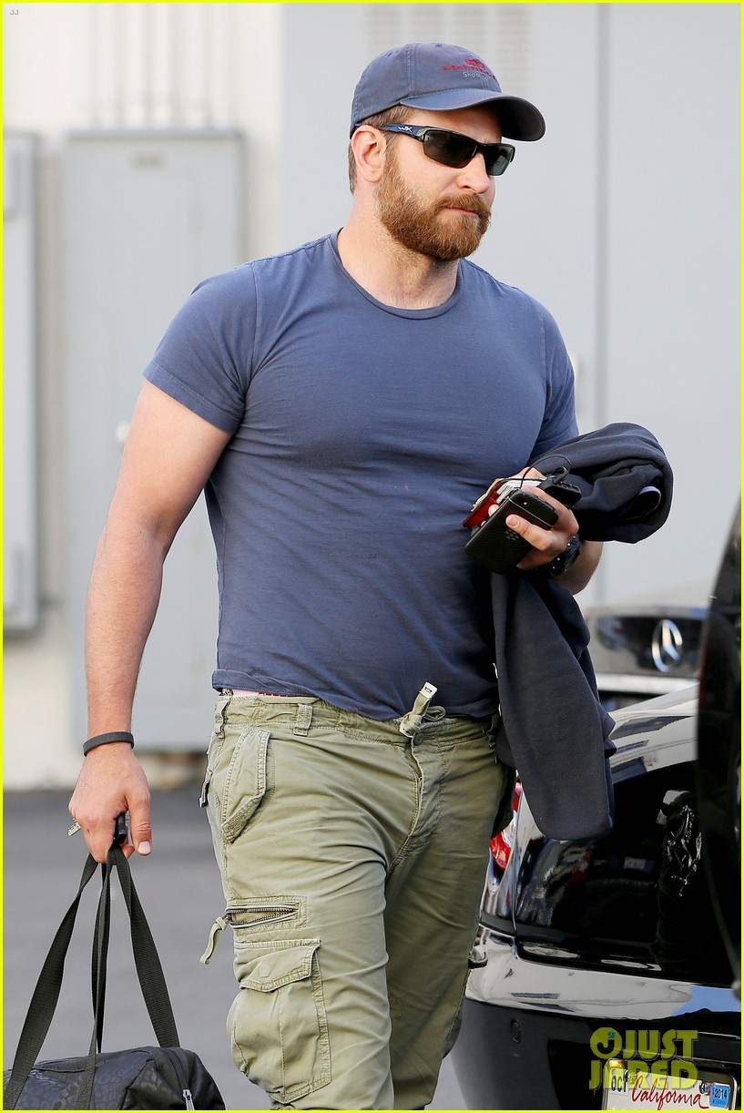 bradley cooper shows off his super beefed up body 023103378