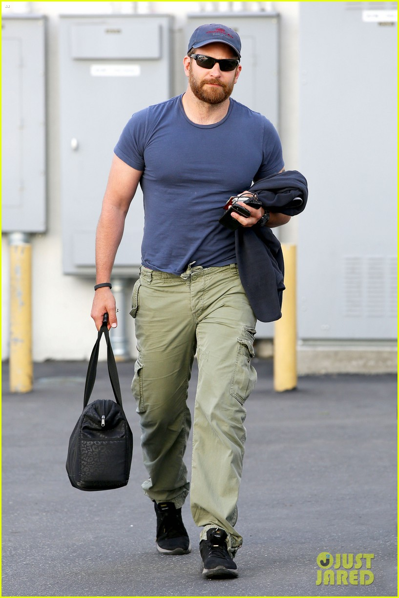bradley cooper shows off his super beefed up body 083103384