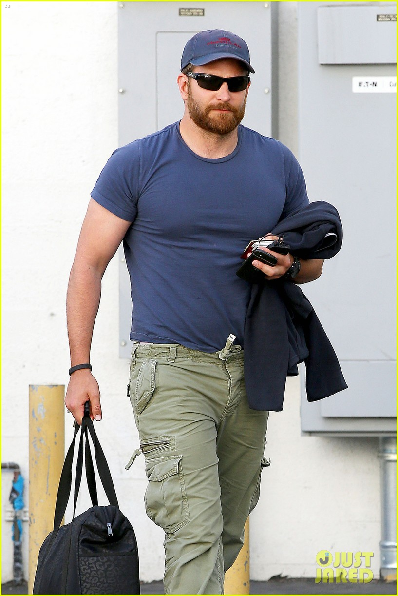 bradley cooper shows off his super beefed up body 093103385