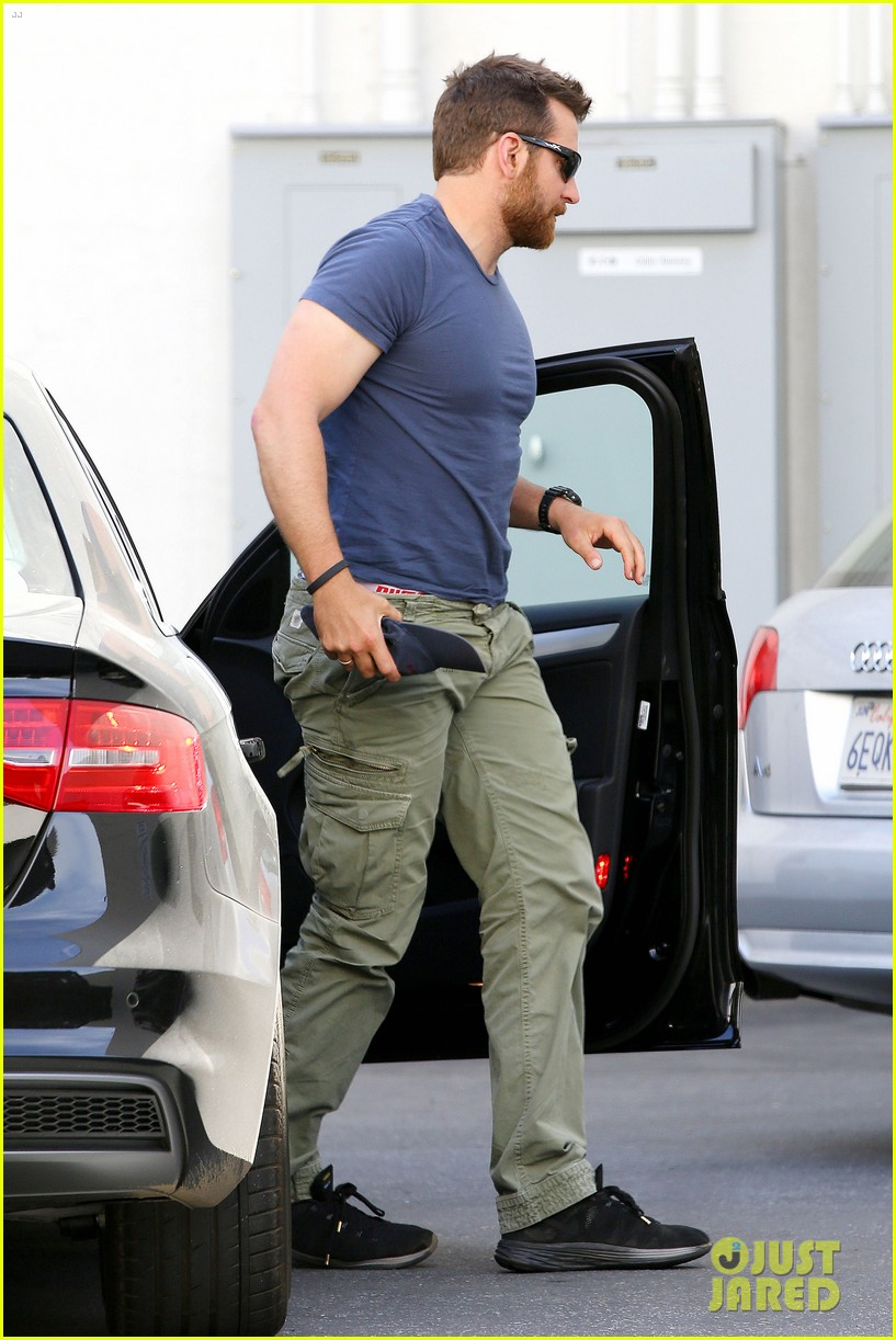 bradley cooper shows off his super beefed up body 183103394
