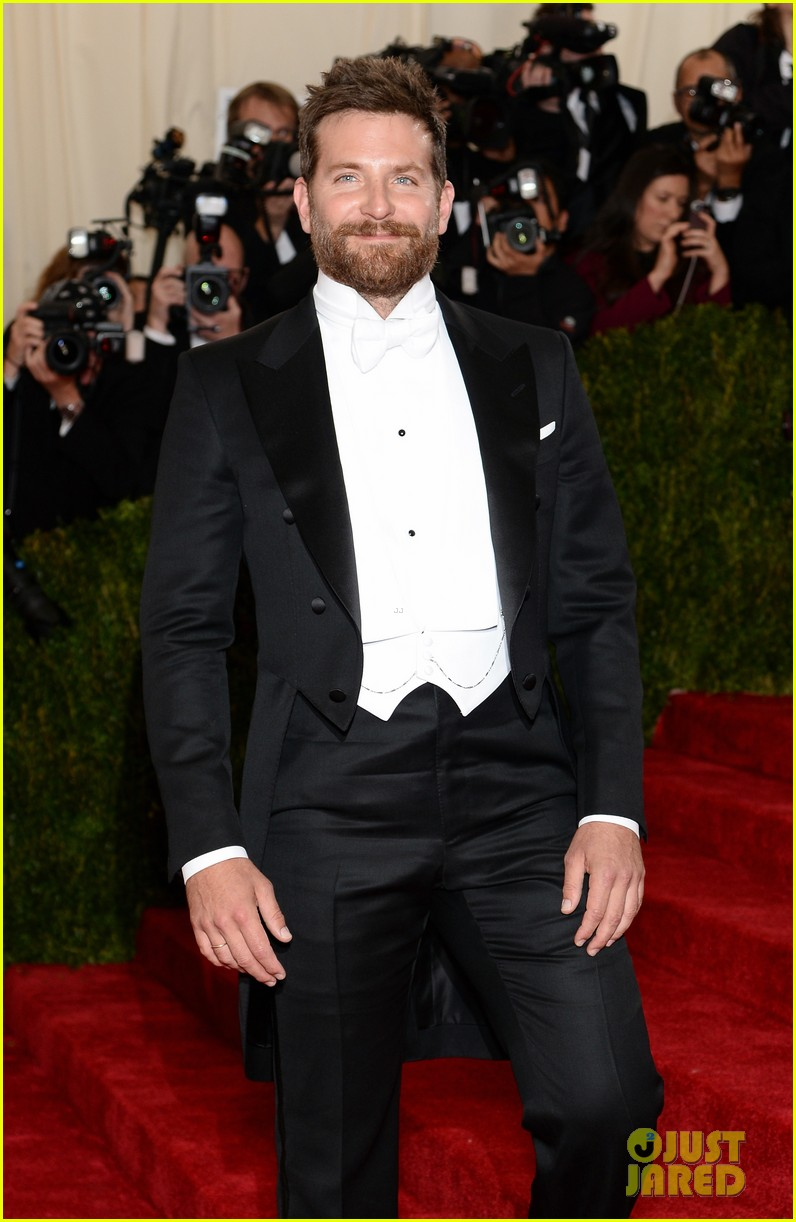 bradley cooper met ball 2014 red carpet 033105868