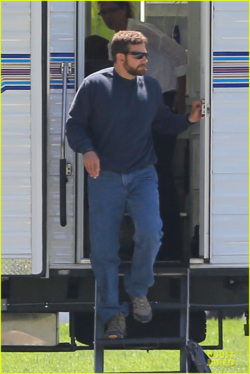 bradley cooper buff on american sniper set 013112809