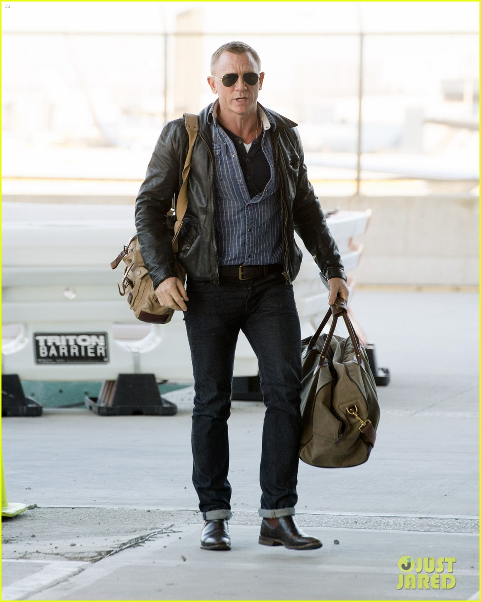 daniel craig keeps it cool for nyc departure 01