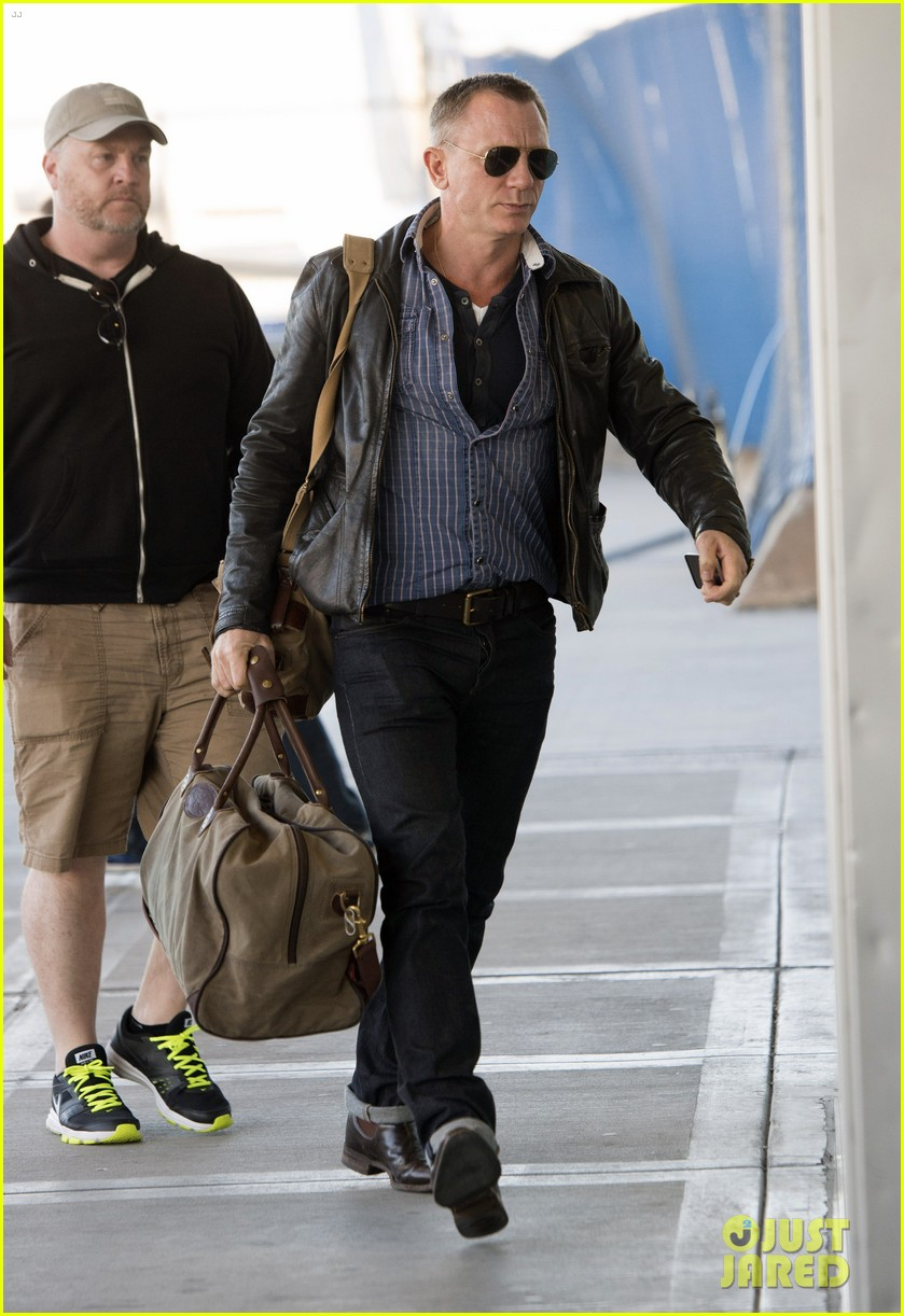 daniel craig keeps it cool for nyc departure 043117344