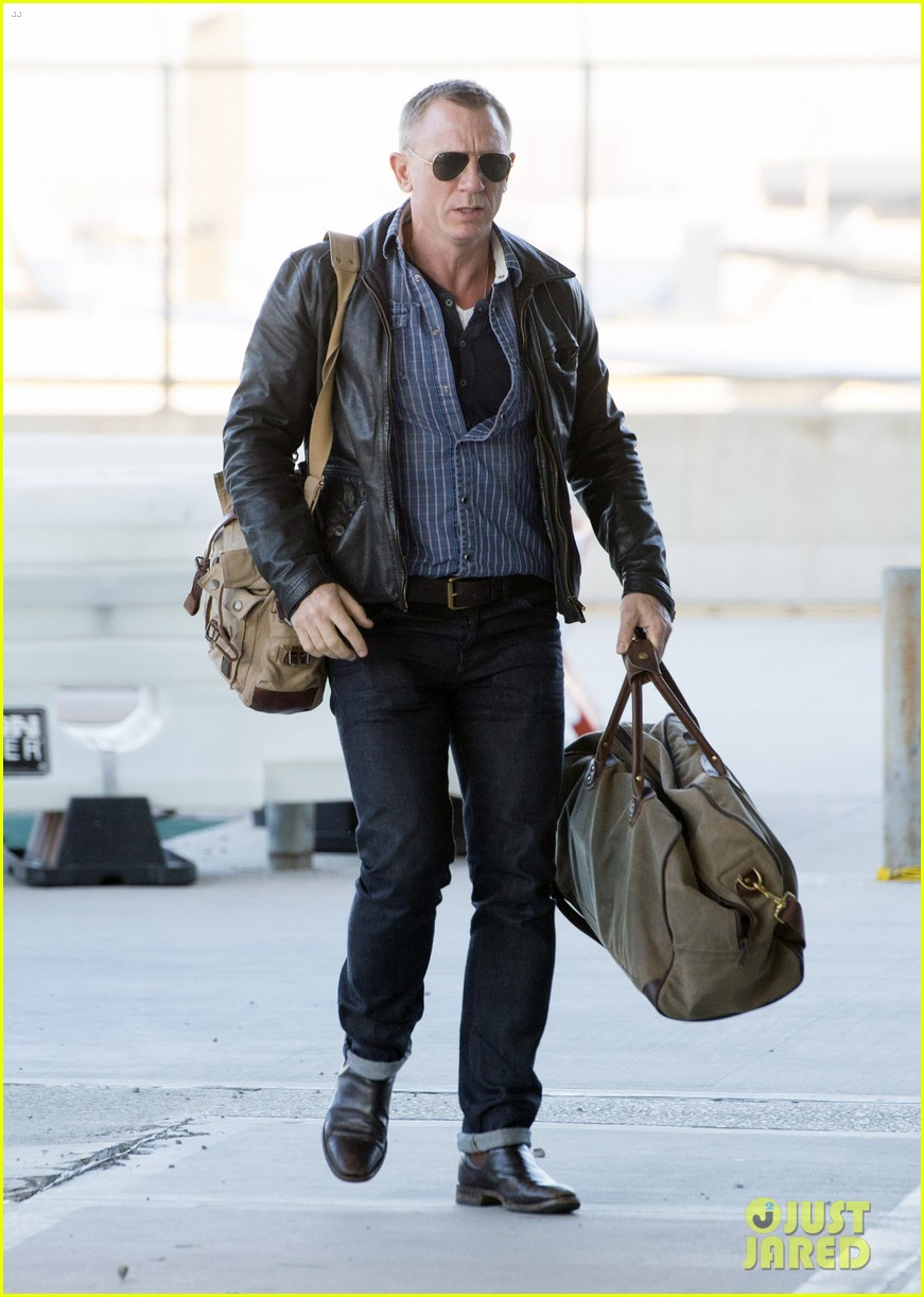 daniel craig keeps it cool for nyc departure 07