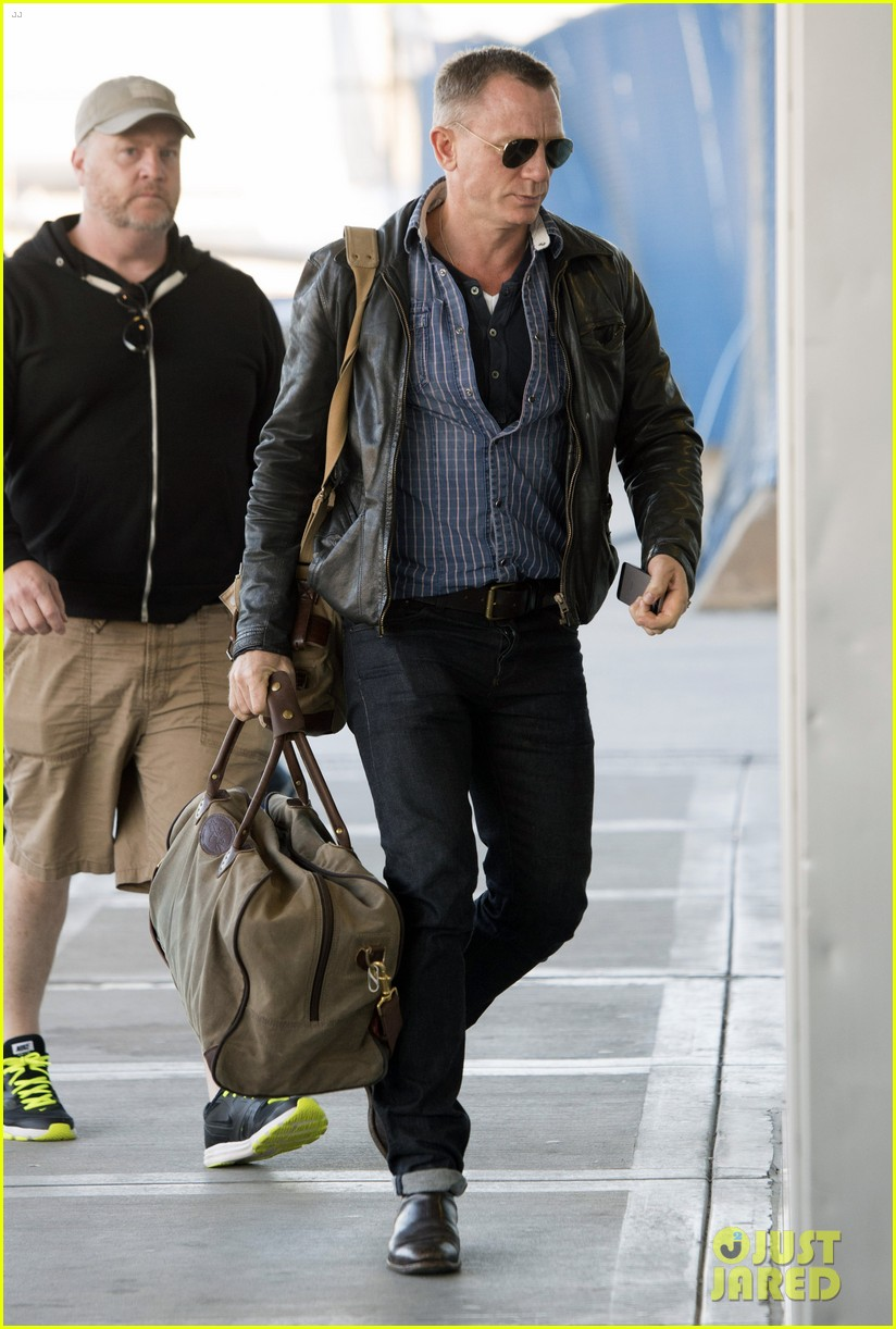 daniel craig keeps it cool for nyc departure 103117350