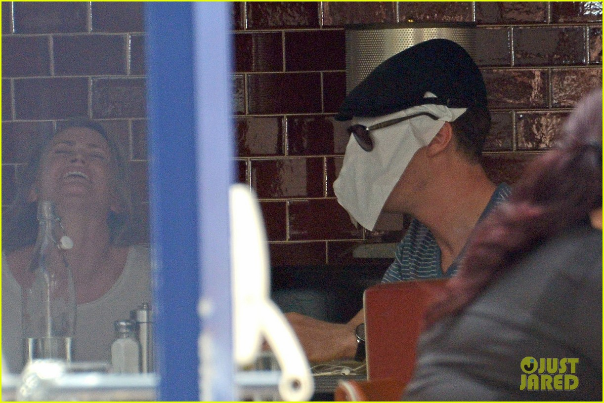 benedict cumerbatch lunches with dakota johnson decorates his face with napkins 013106975