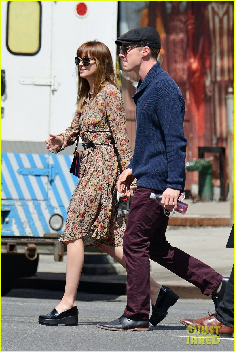 benedict cumerbatch lunches with dakota johnson decorates his face with napkins 043106978