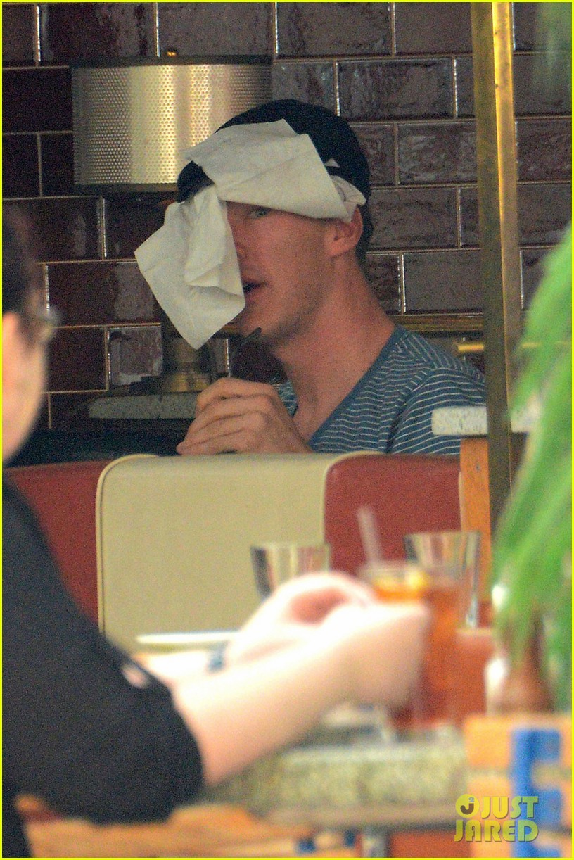 benedict cumerbatch lunches with dakota johnson decorates his face with napkins 053106979