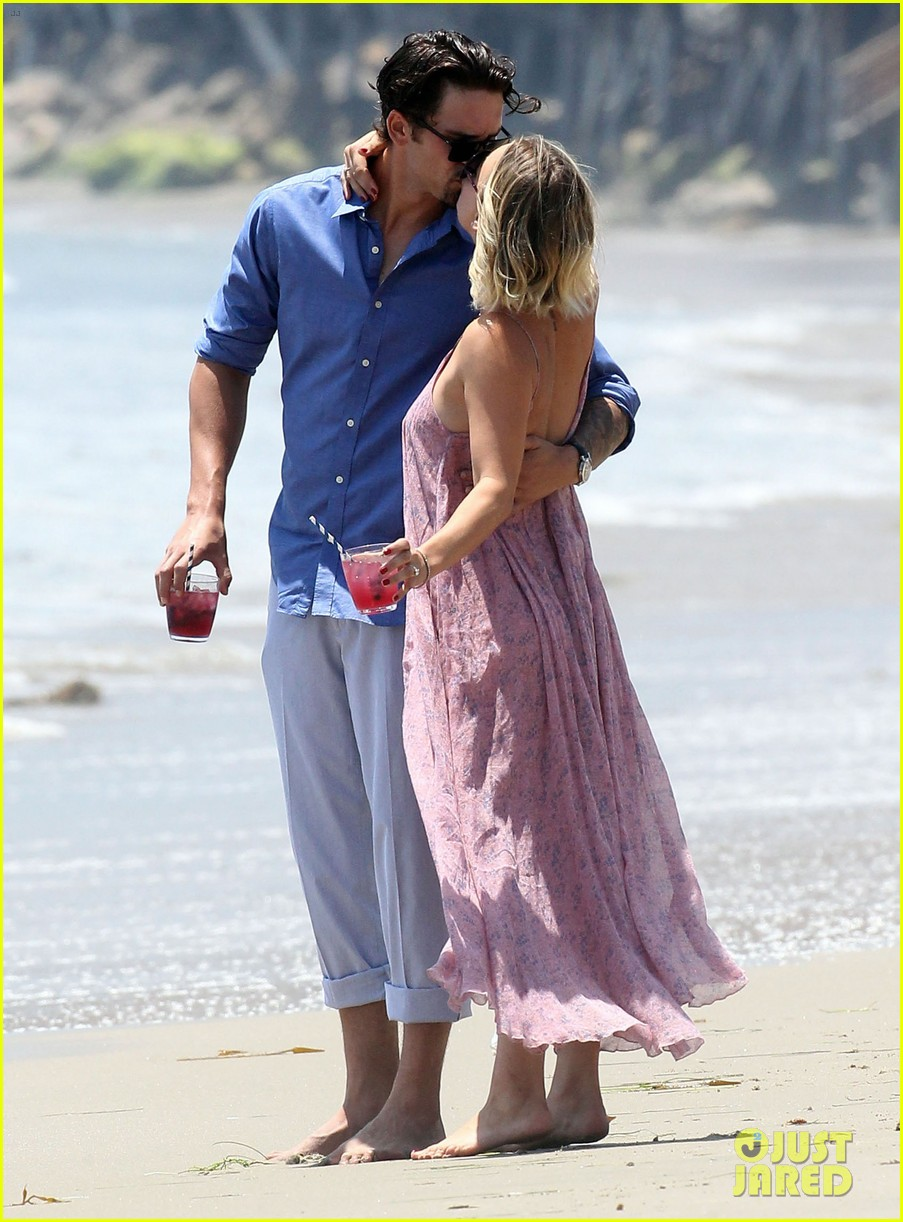 kaley cuoco hits up joel silvers memorial day party with ryan sweeting 073122540