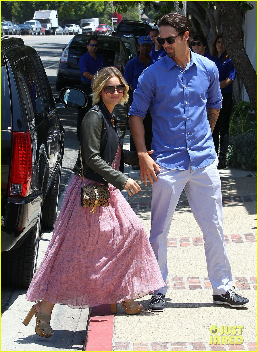 kaley cuoco hits up joel silvers memorial day party with ryan sweeting 143122547
