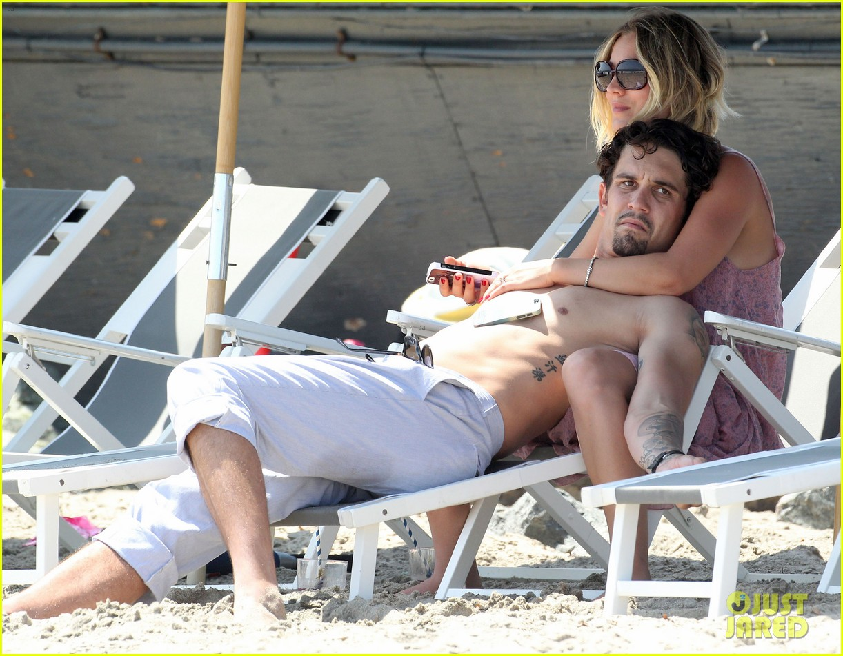 kaley cuoco hits up joel silvers memorial day party with ryan sweeting 163122549