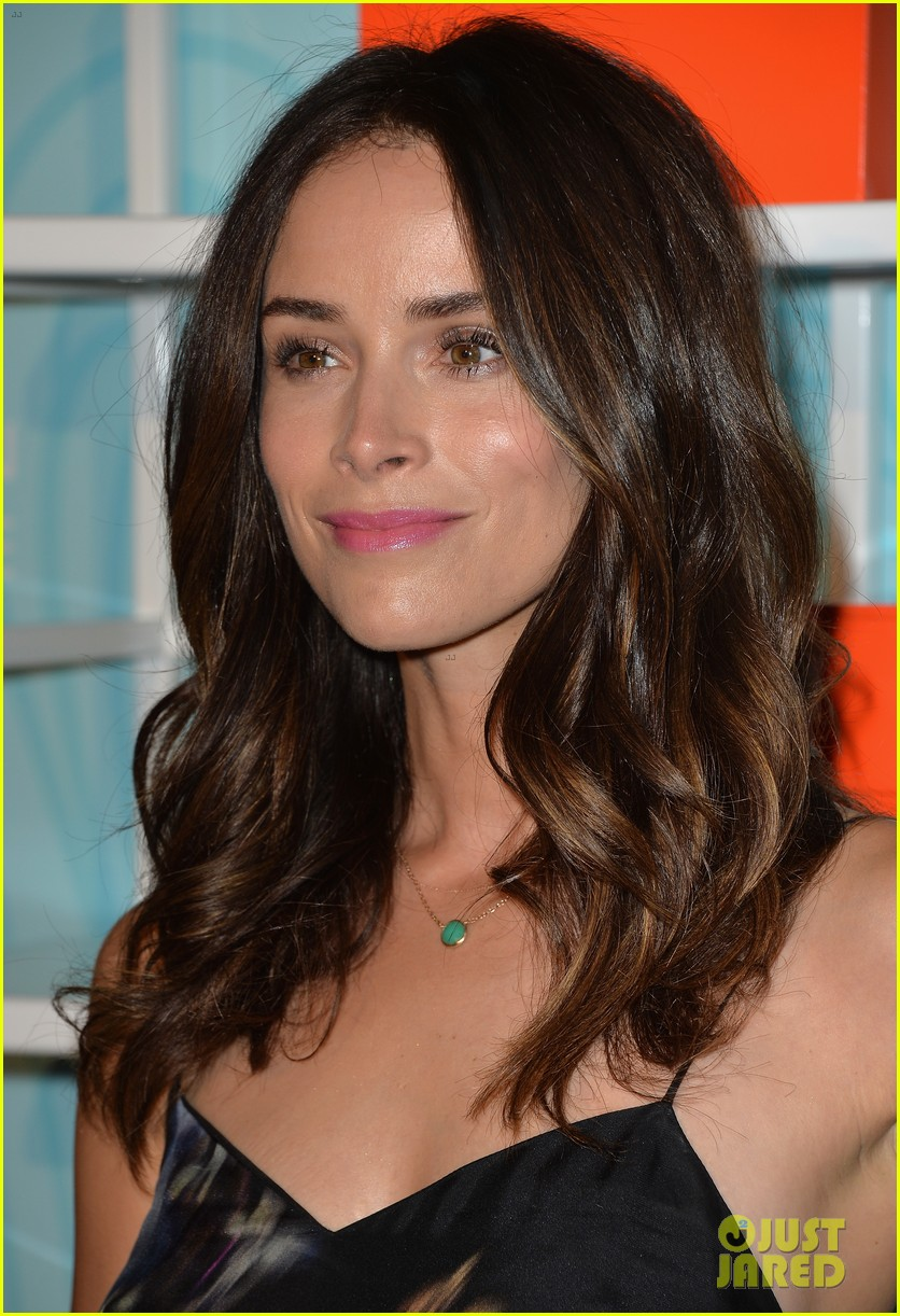 kaley cuoco abigail spencer step up awards 11