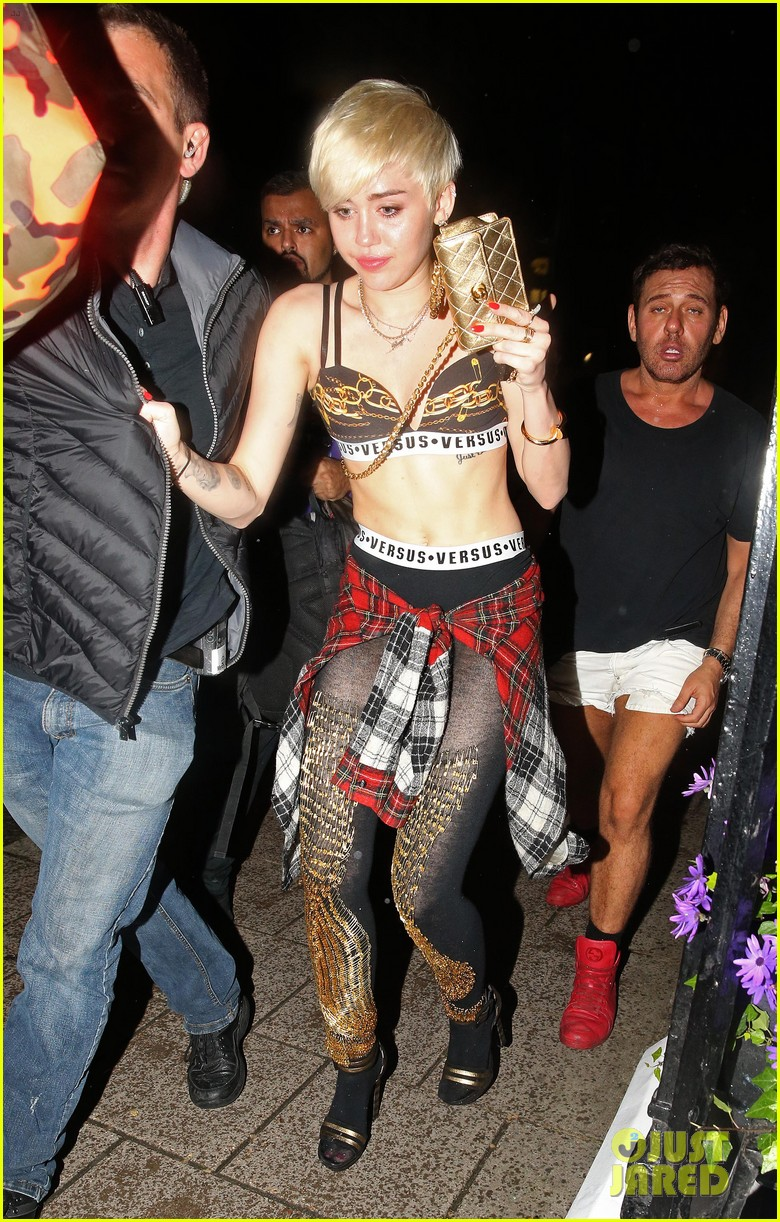 miley cyrus enters club fully clothed leaves in bra 053109049