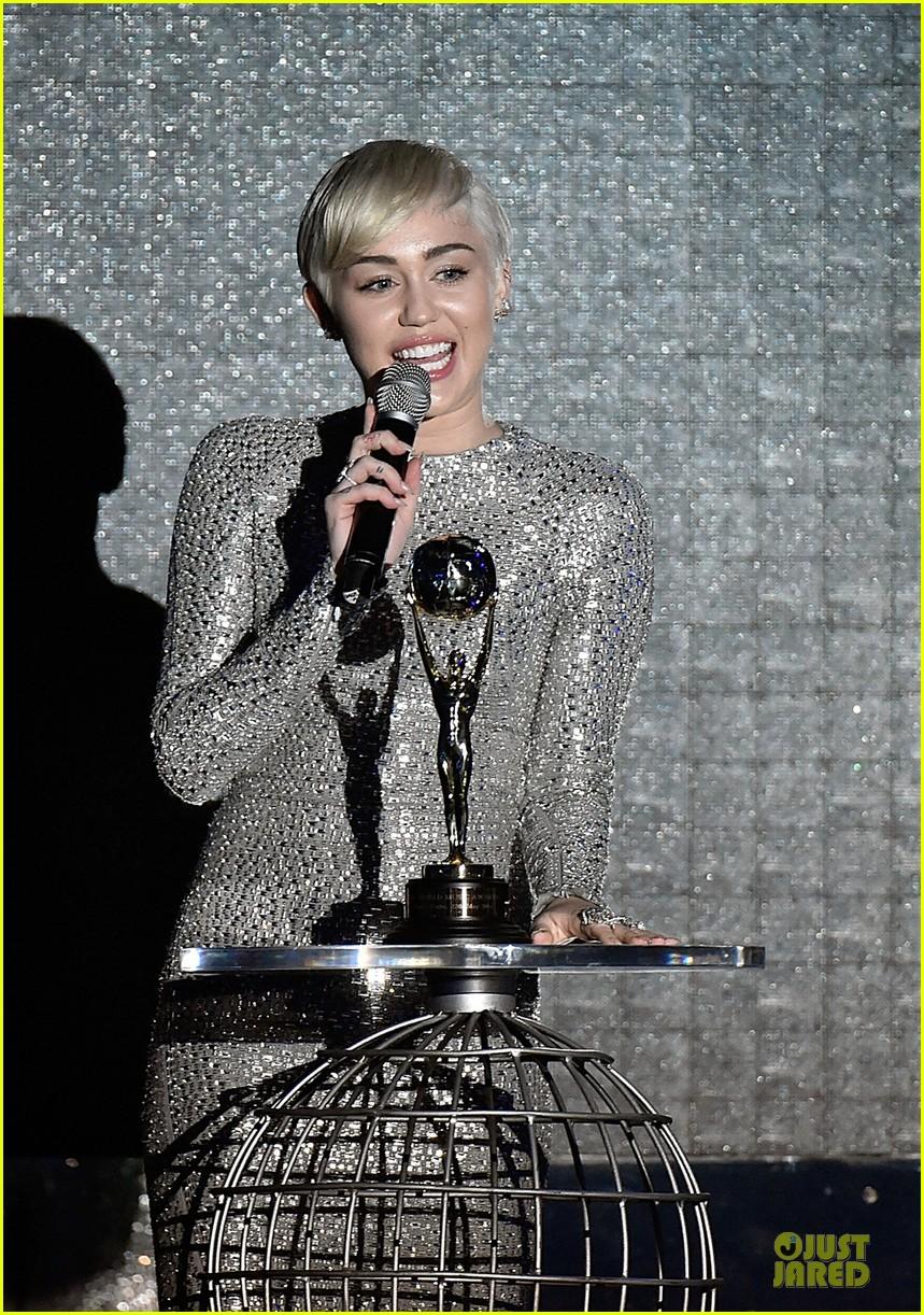 miley cyrus wins at world music awards 2014 043123043