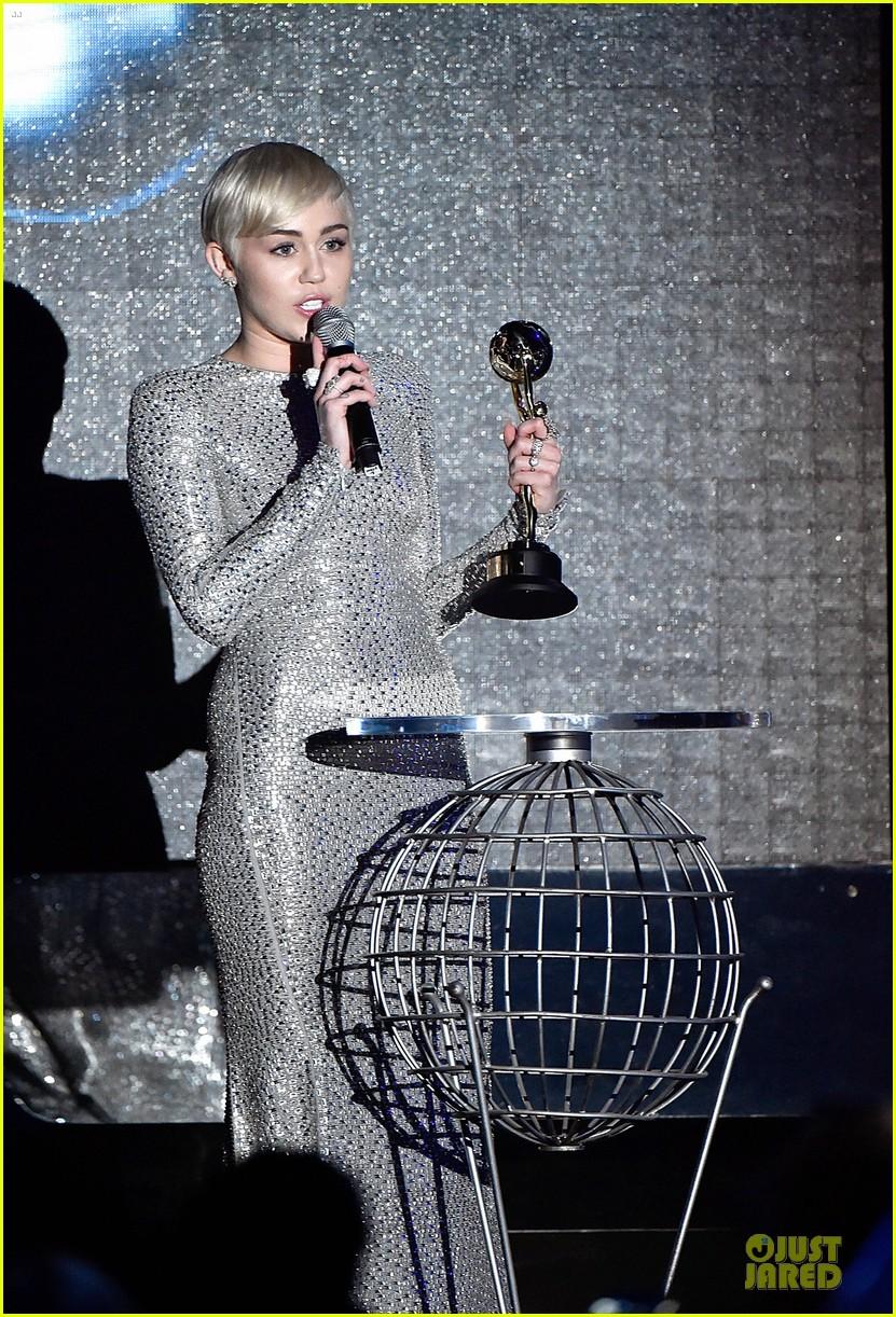 miley cyrus wins at world music awards 2014 053123044