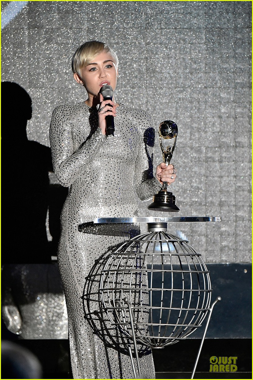 miley cyrus wins at world music awards 2014 07