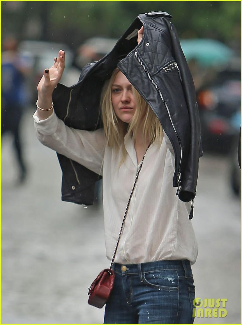 dakota fanning hides nyc rain 03