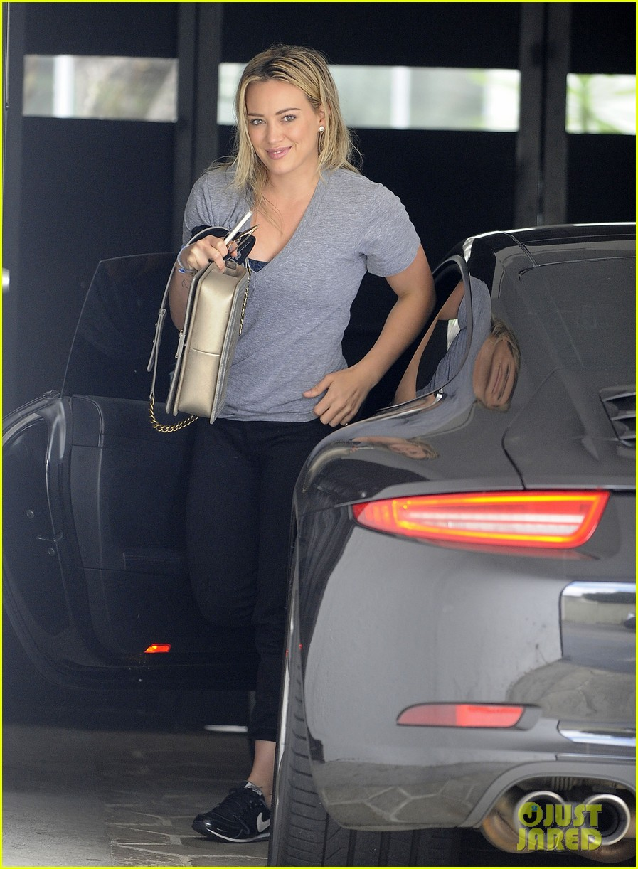 hilary duff shows her strength with full body gym workout 01