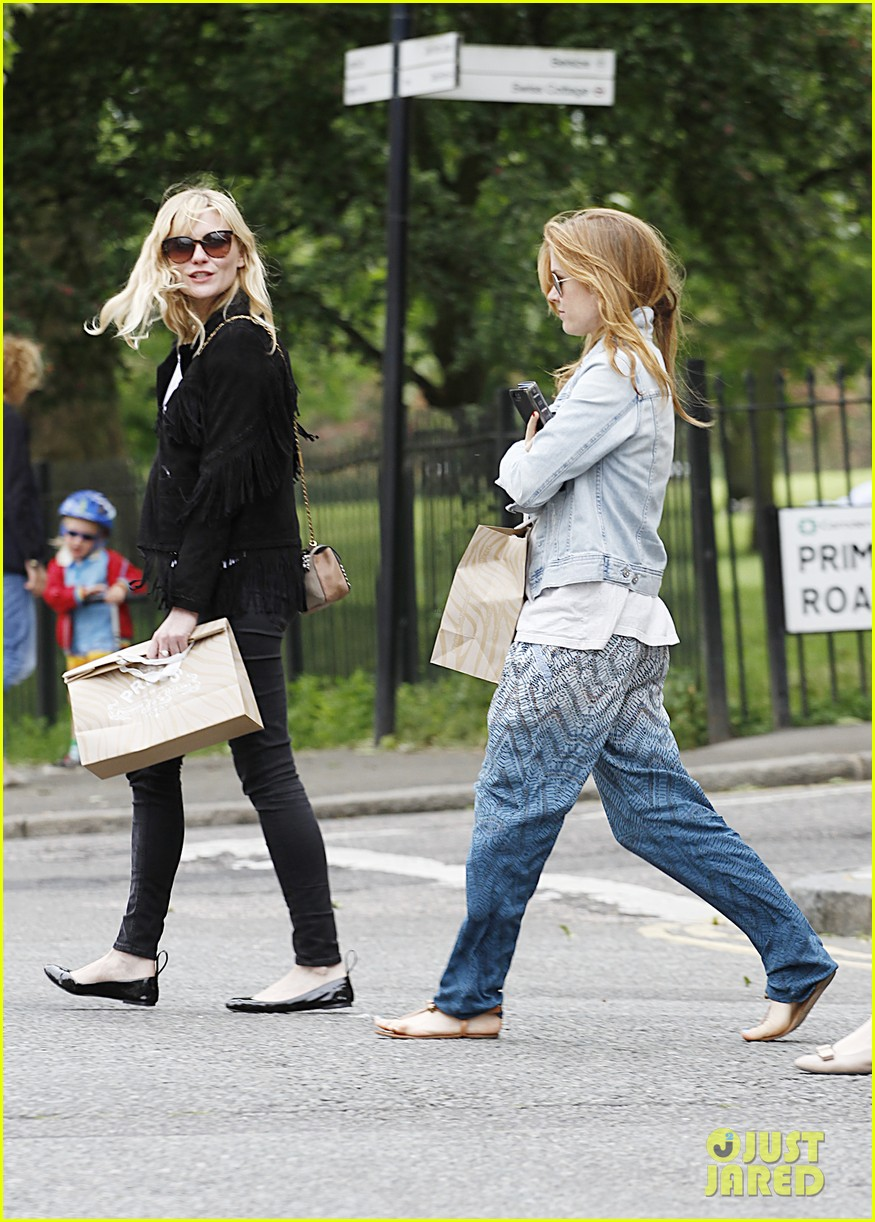 kirsten dunst isla fisher bachelorette buddies get some shopping in 083118939