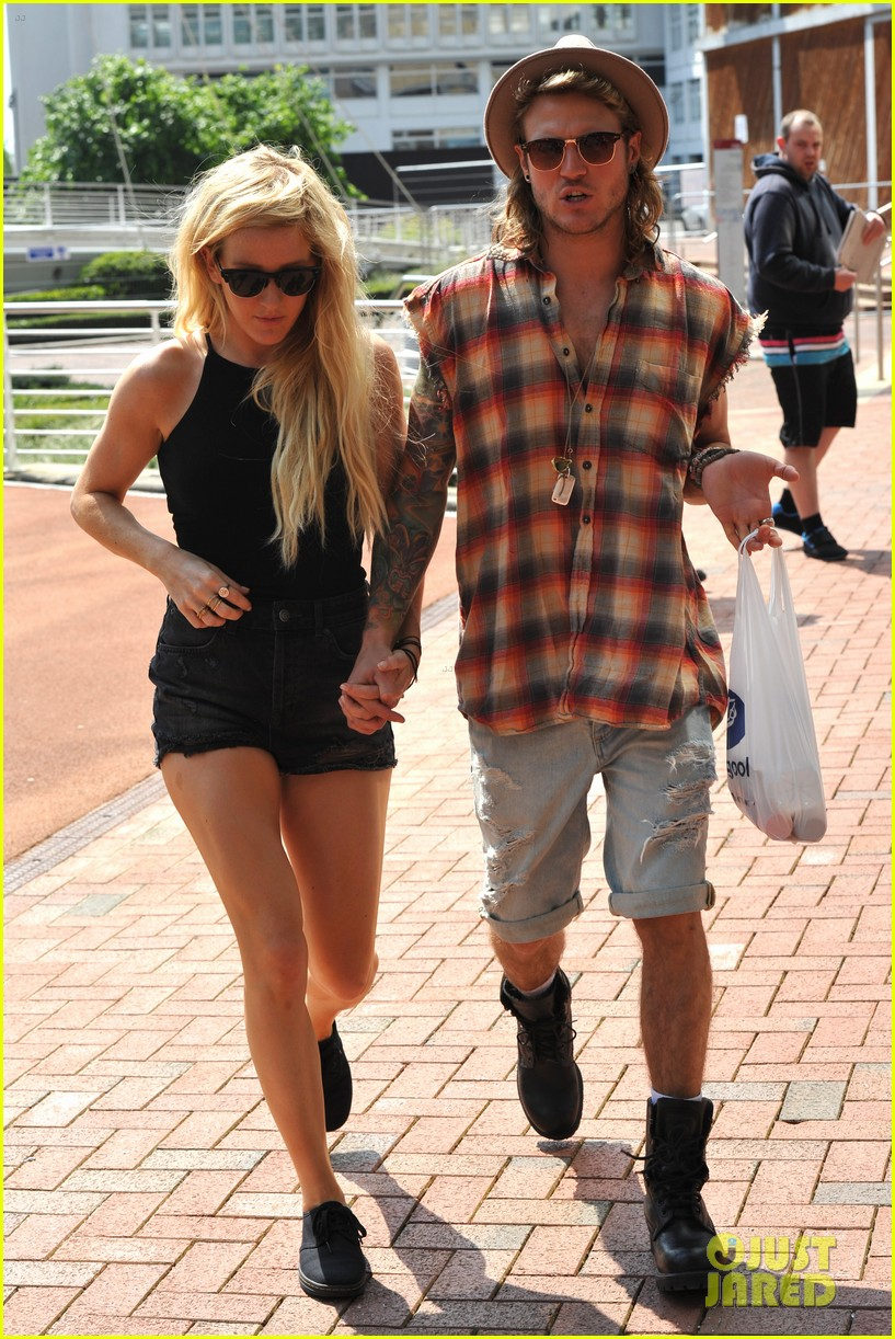 ellie goulding dougie poynter hands food 193117672