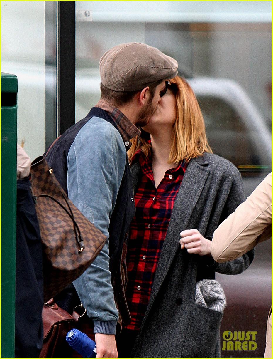 emma stone andrew garfield kiss mean tweets 023120205