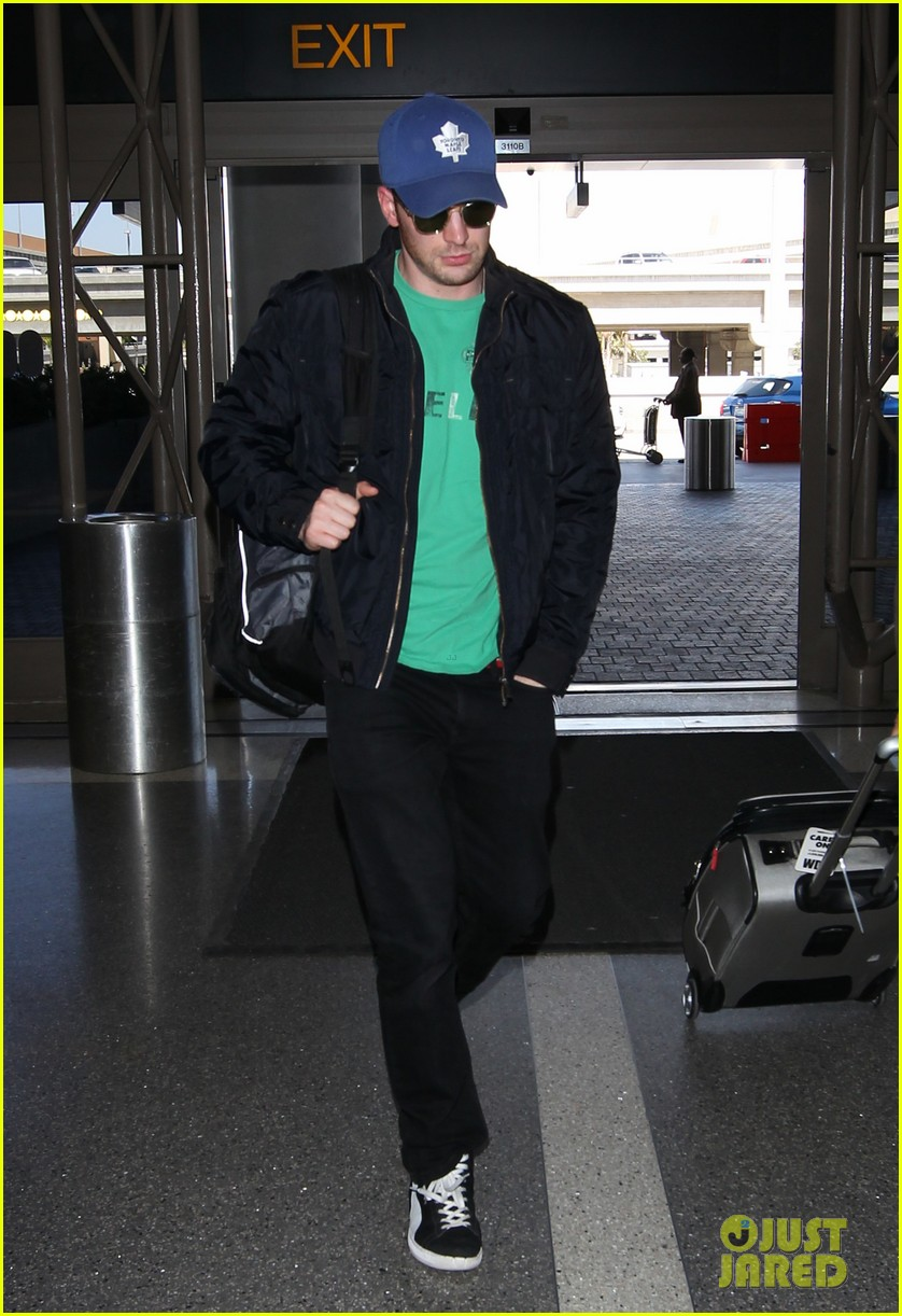 captain america takes flight chris evans keeps low profile at lax 01
