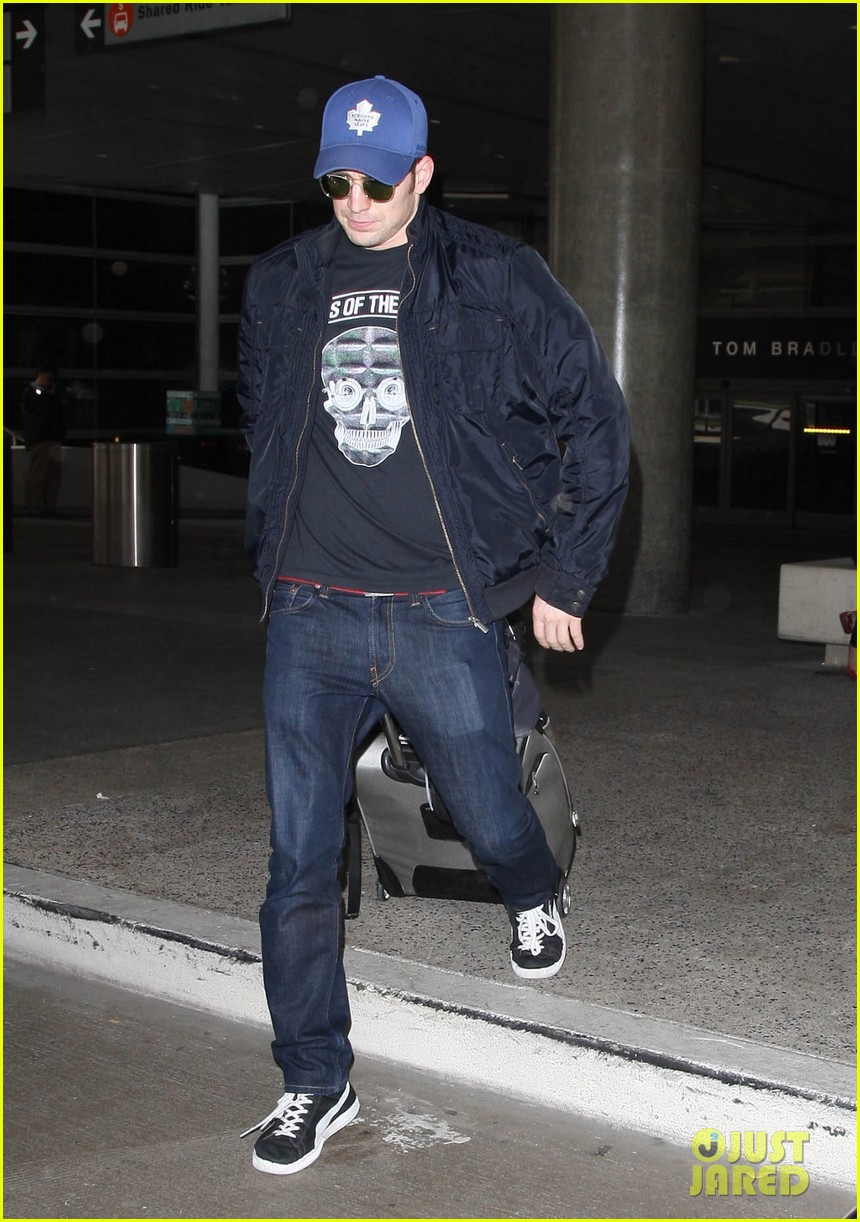 chris evans returns from london looking mighty fine 01