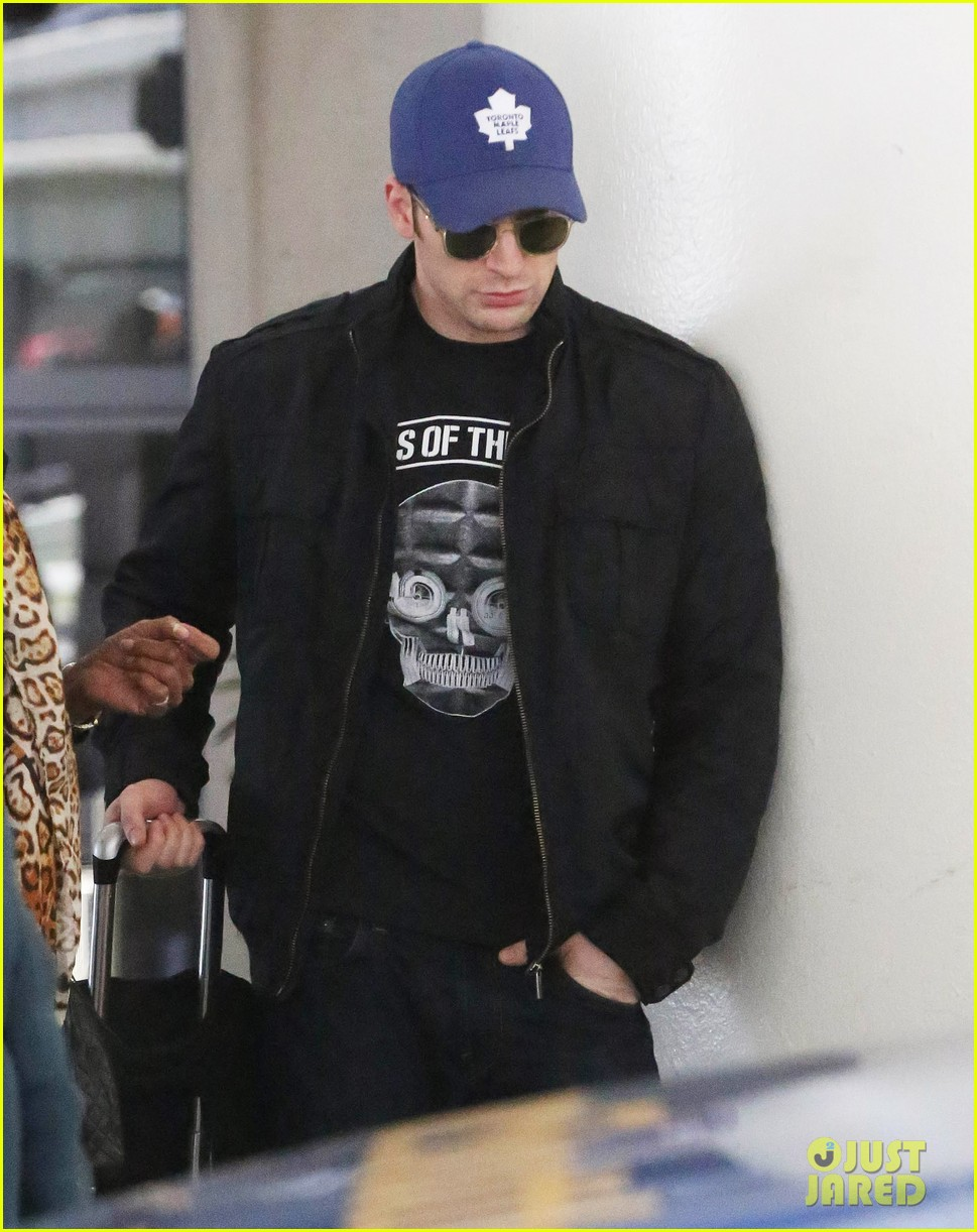 chris evans returns from london looking mighty fine 023108544