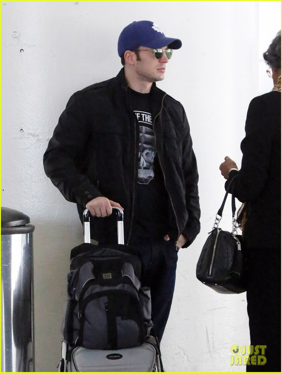 chris evans returns from london looking mighty fine 043108546