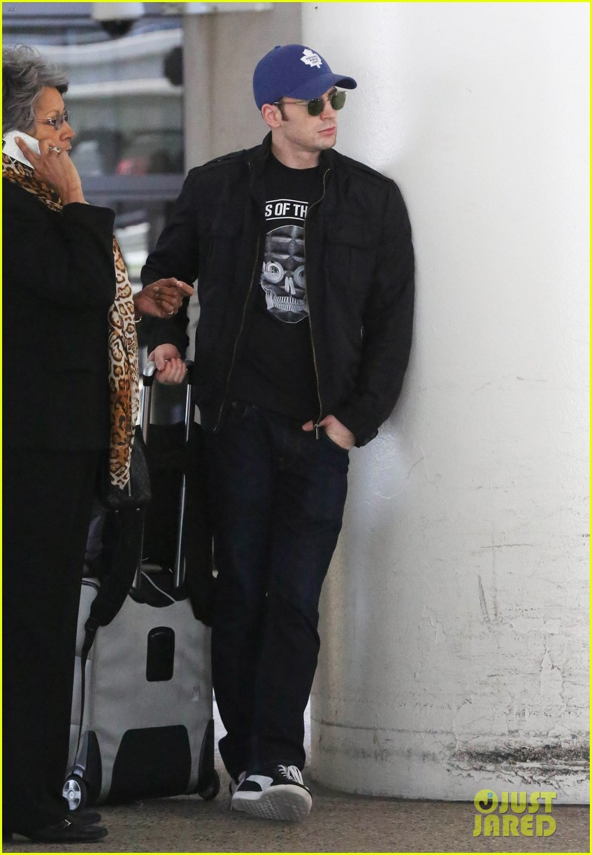 chris evans returns from london looking mighty fine 053108547